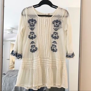 Embroidered lace tunic, in like-new condition!